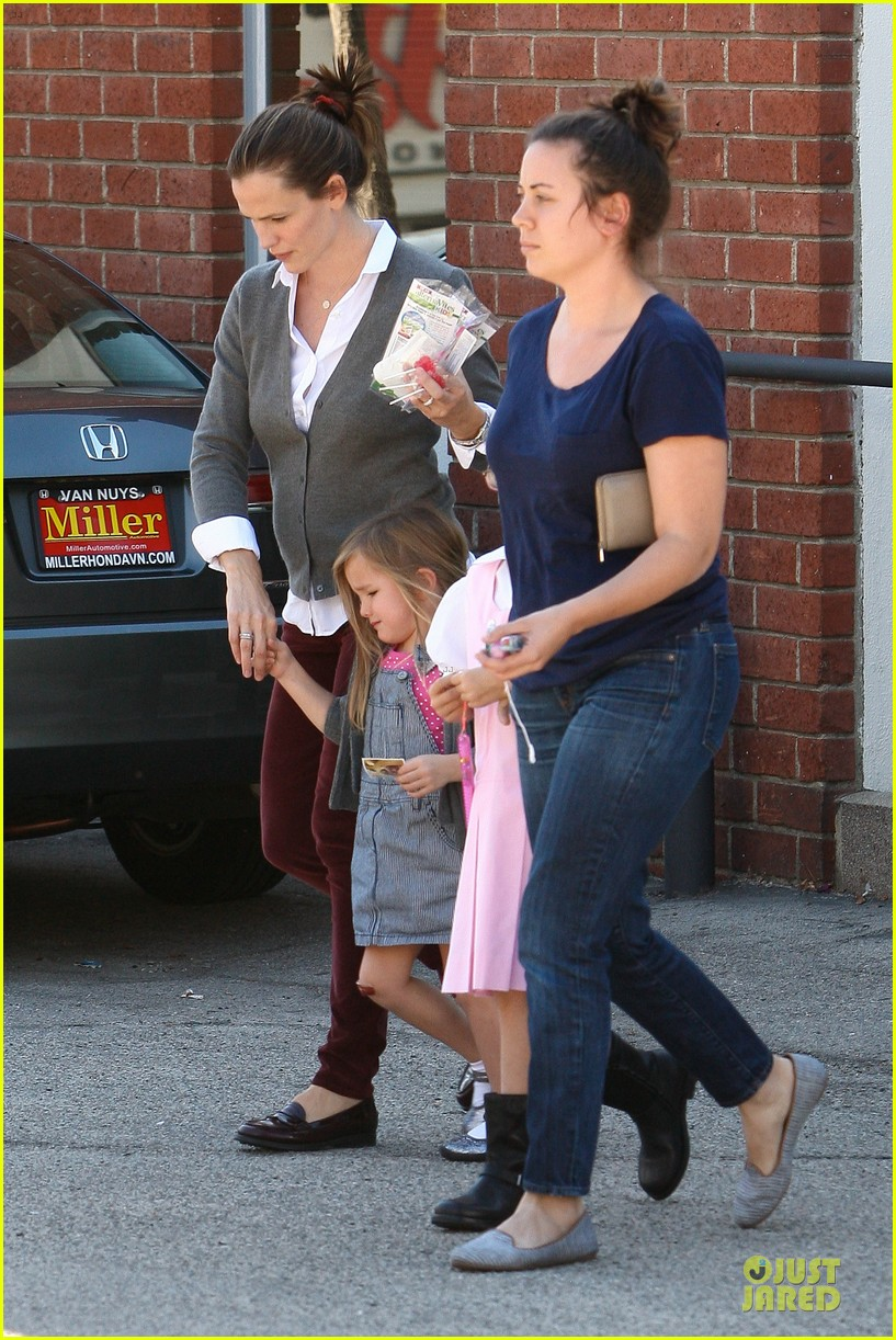 jennifer garner voting stop with violet 27