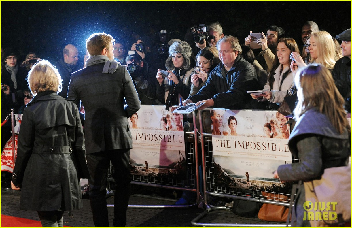 naomi watts backless dress at impossible premiere 14