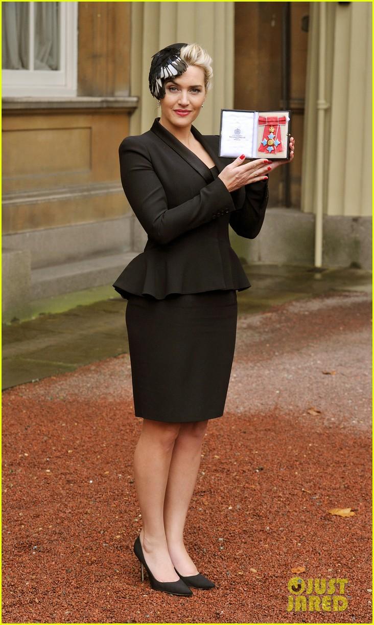 kate winslet receives cbe drama award at buckingham palace 06