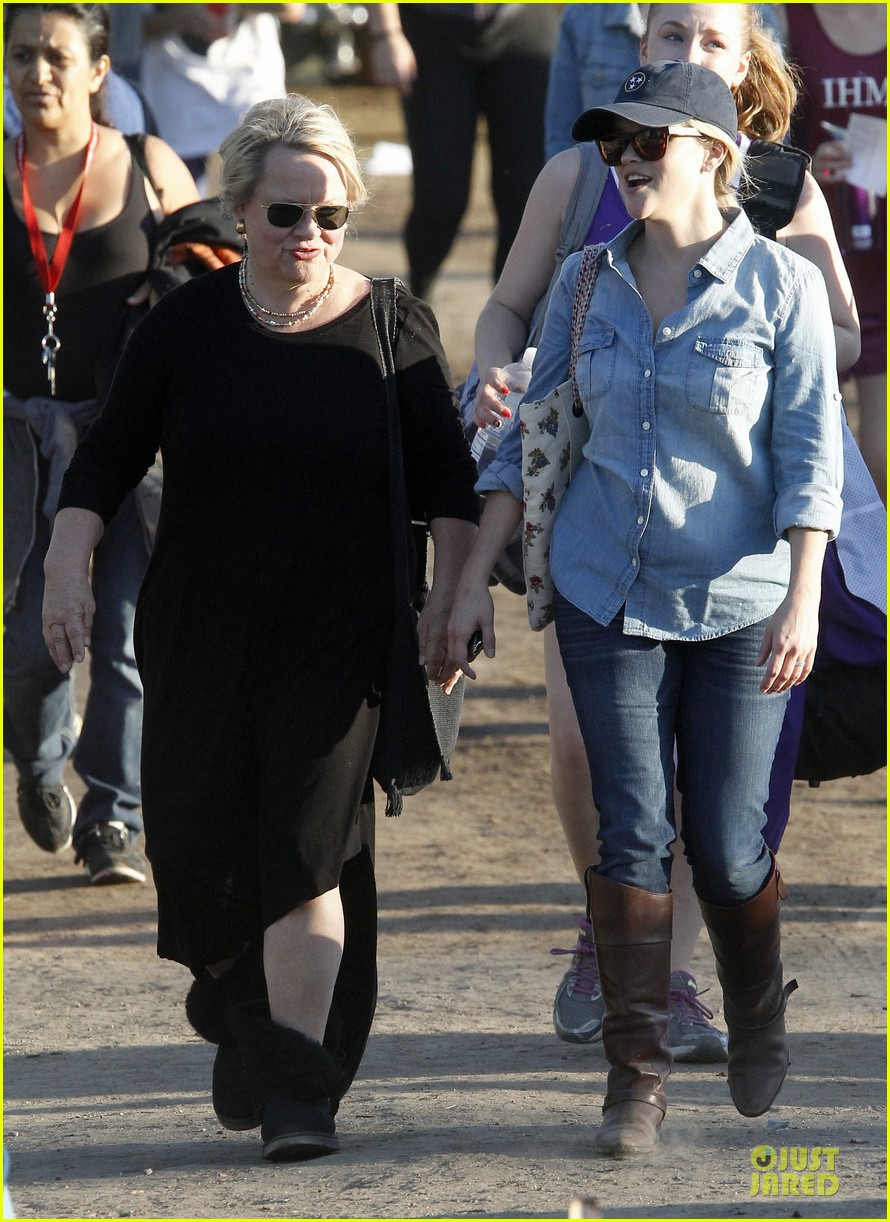 reese witherspoon avas track event with mother betty 03