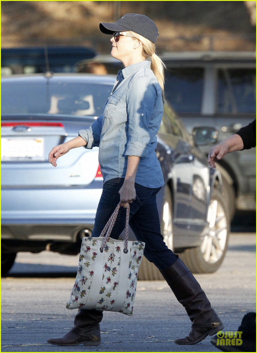 reese witherspoon avas track event with mother betty 05
