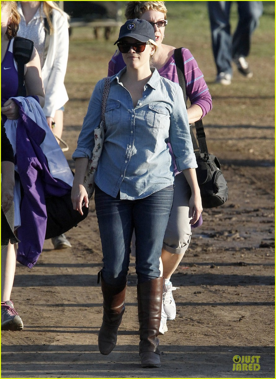 reese witherspoon avas track event with mother betty 08