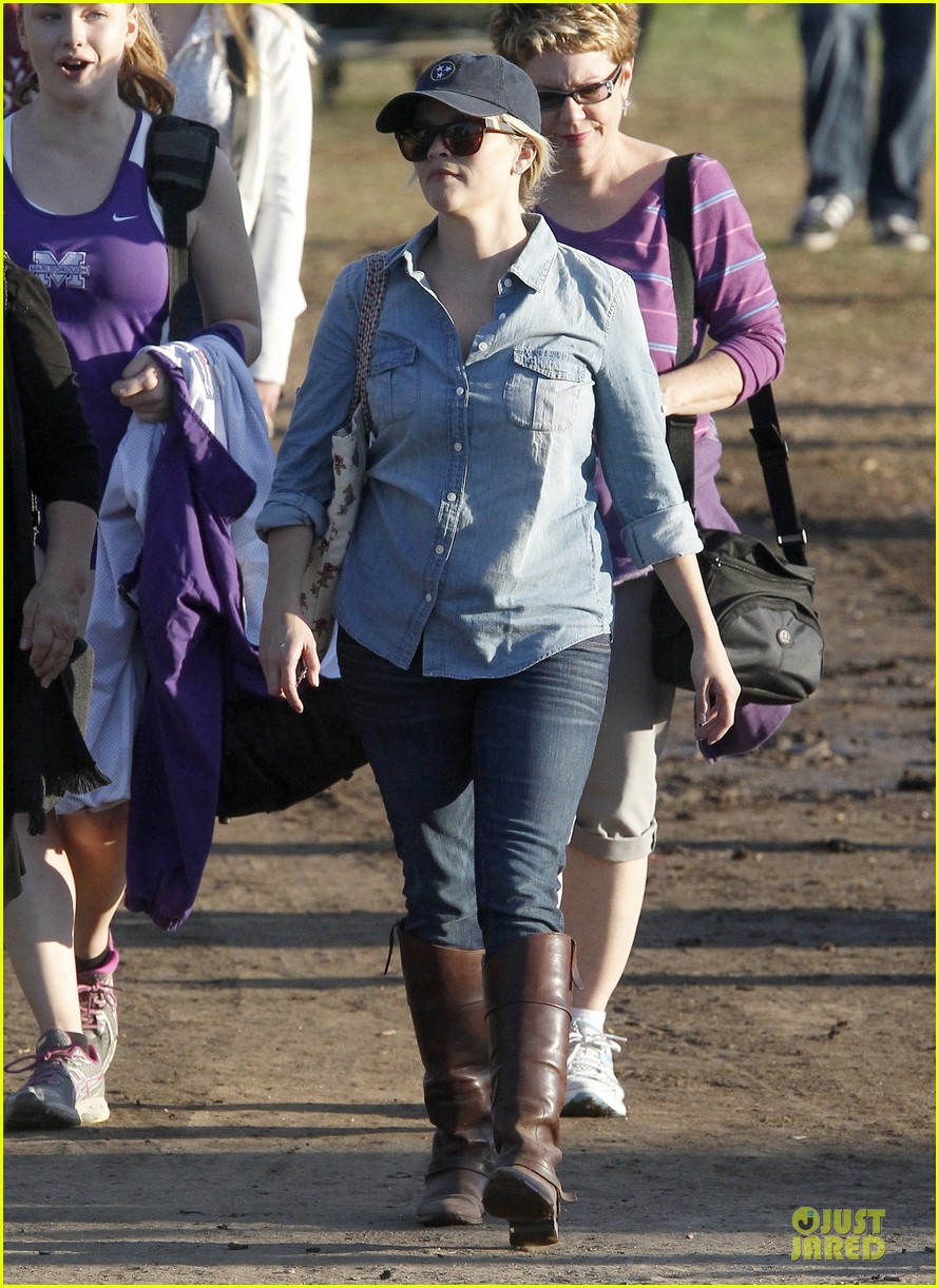 reese witherspoon avas track event with mother betty 09