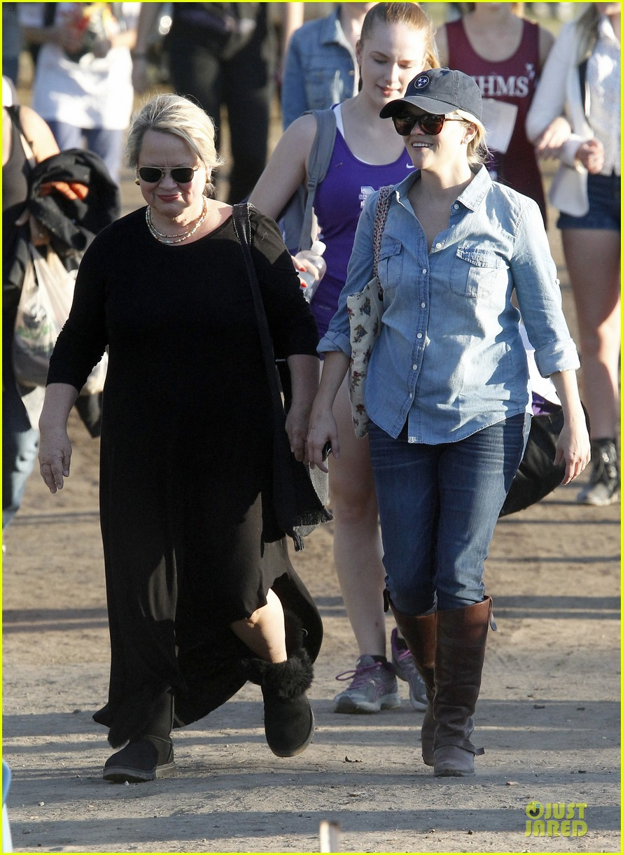 reese witherspoon avas track event with mother betty 10