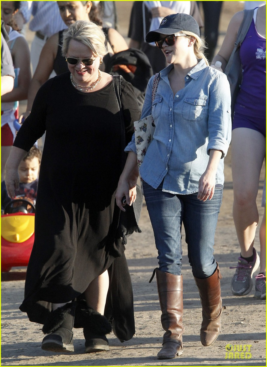 reese witherspoon avas track event with mother betty 11