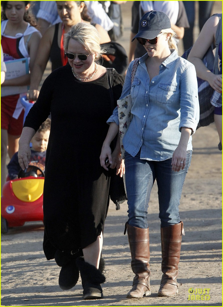 reese witherspoon avas track event with mother betty 12