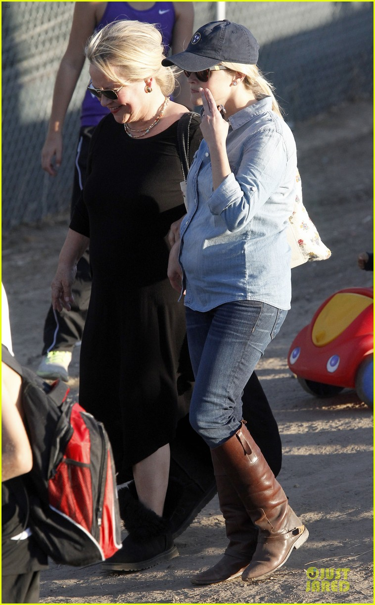 reese witherspoon avas track event with mother betty 13