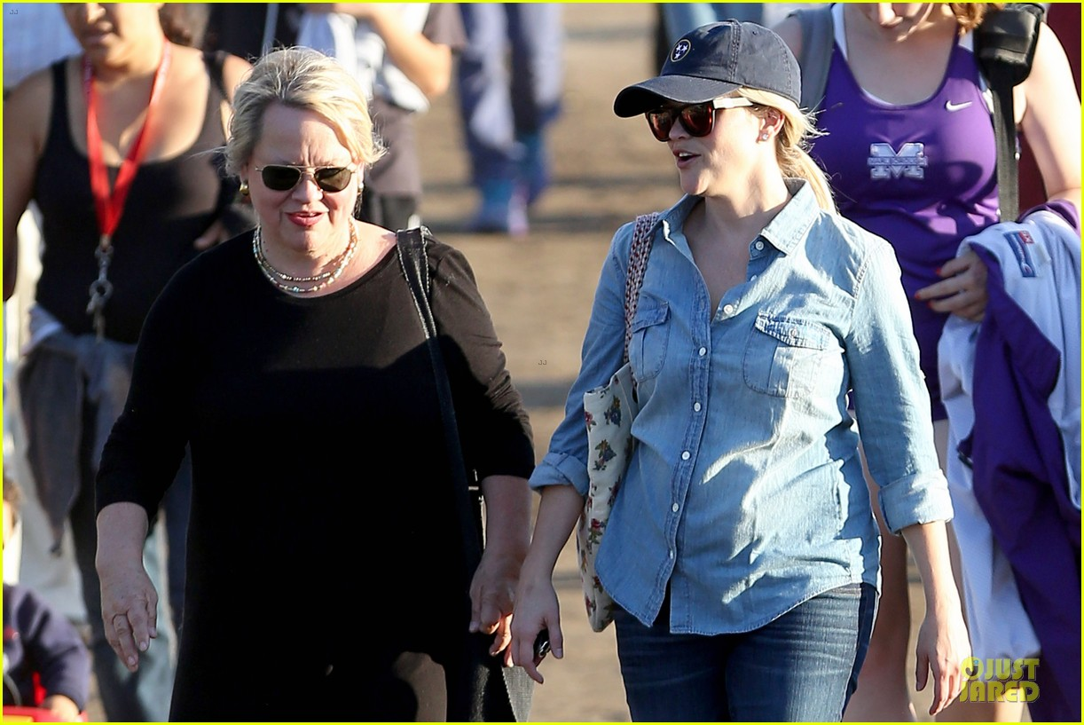 reese witherspoon avas track event with mother betty 15