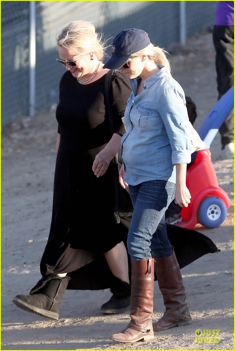 reese witherspoon avas track event with mother betty 20