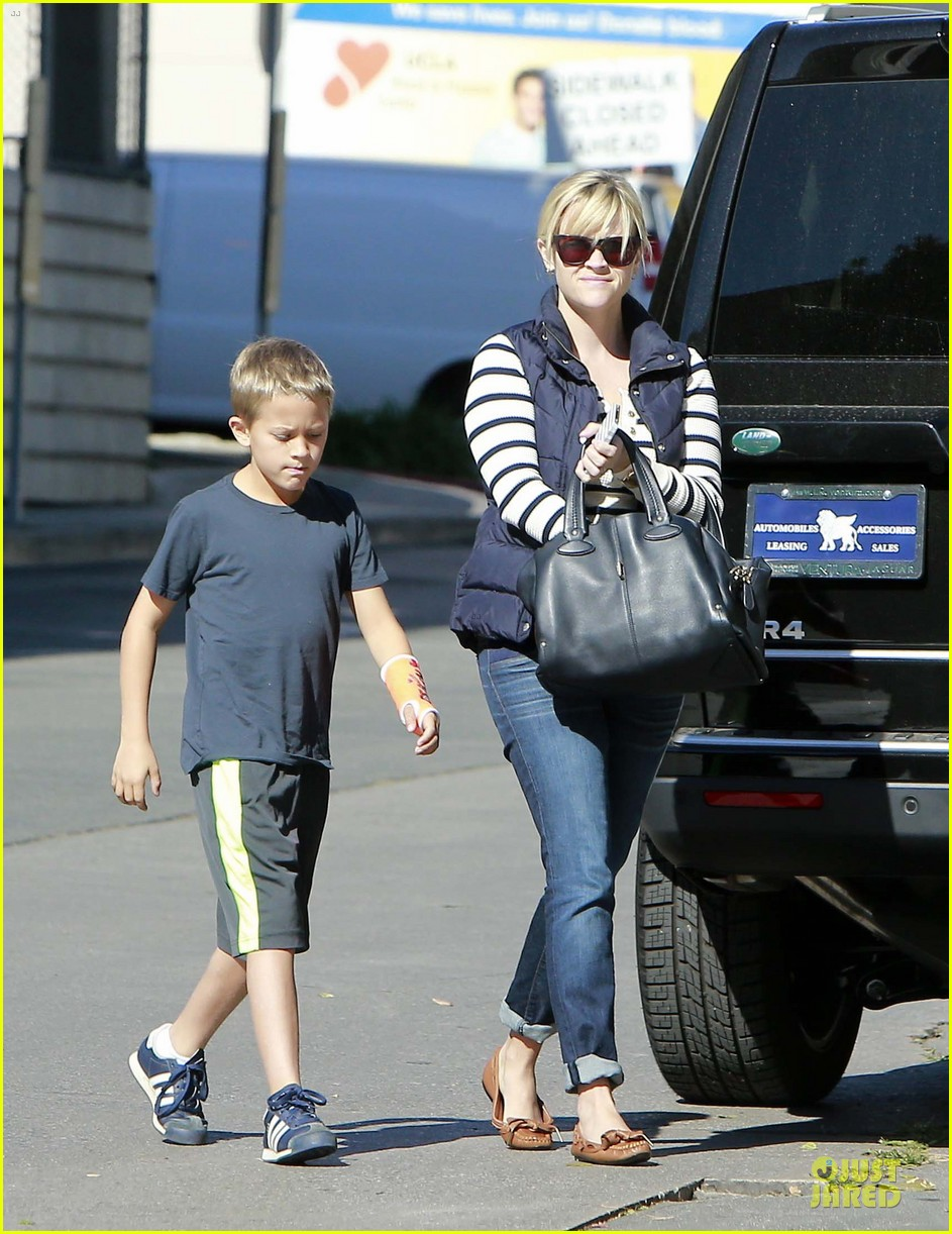 reese witherspoon food take out with deacon 022755512