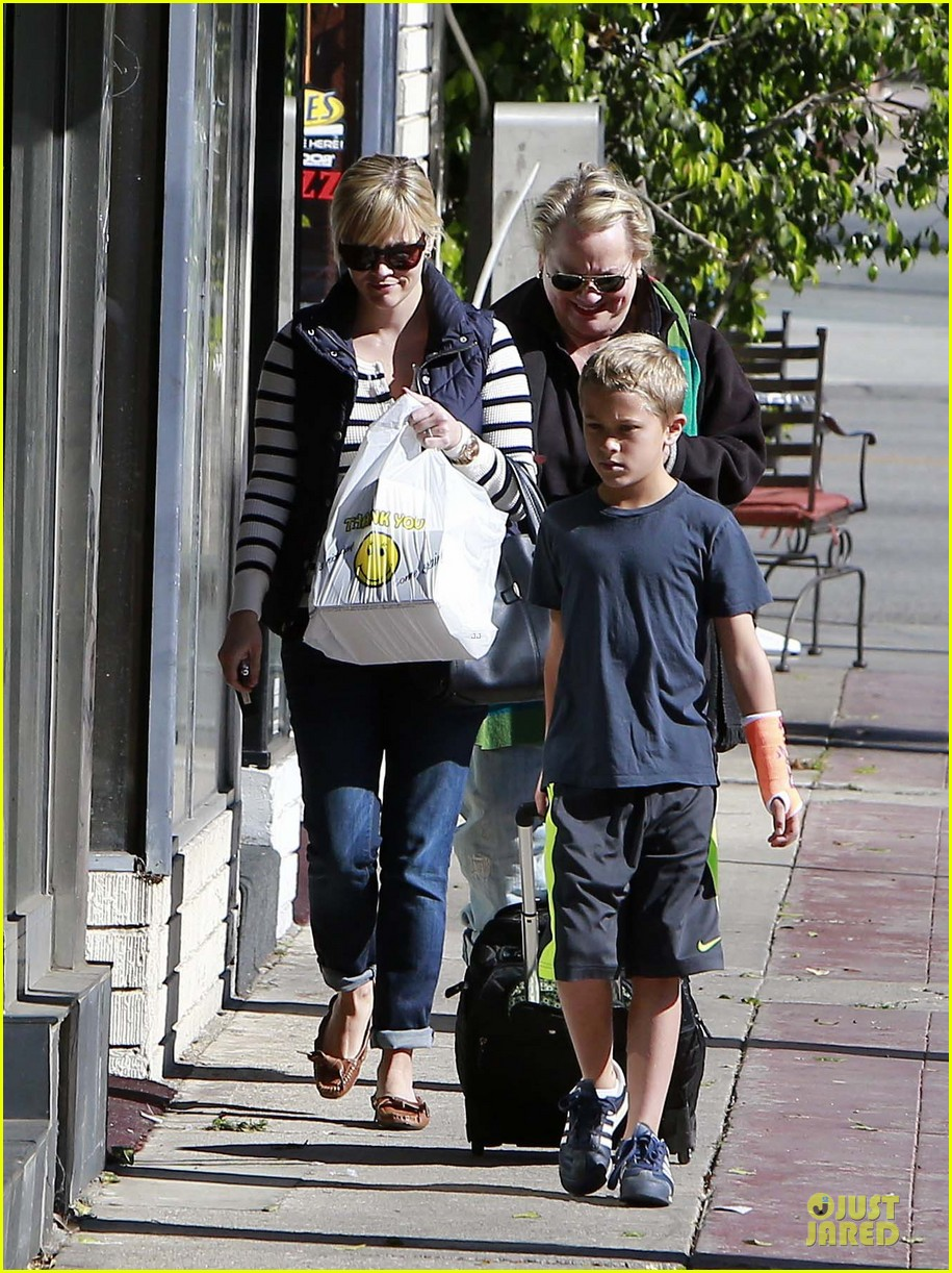 reese witherspoon food take out with deacon 102755520