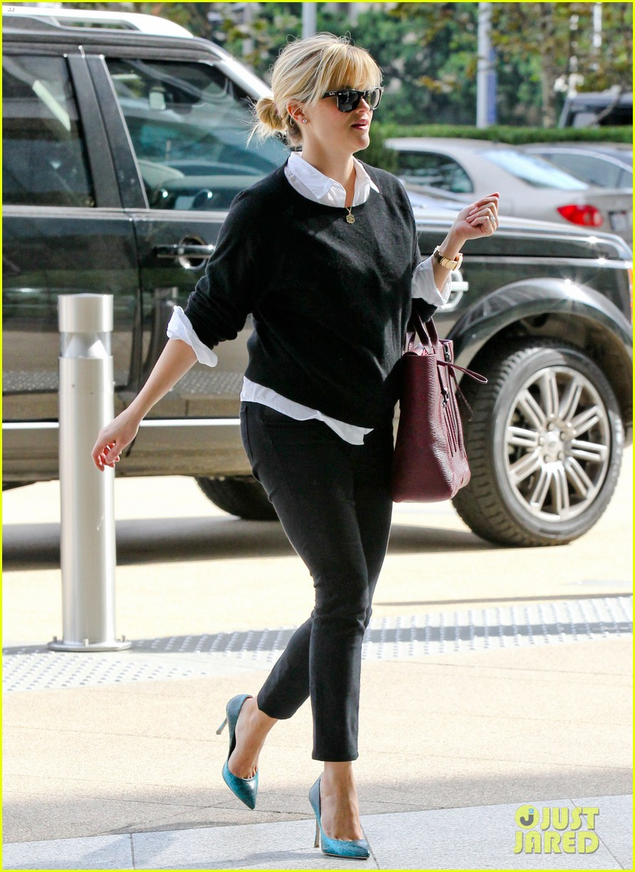 reese witherspoon visits hubby jim toth at the office 01