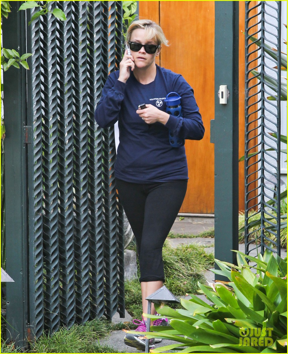 reese witherspoon visits hubby jim toth at the office 12