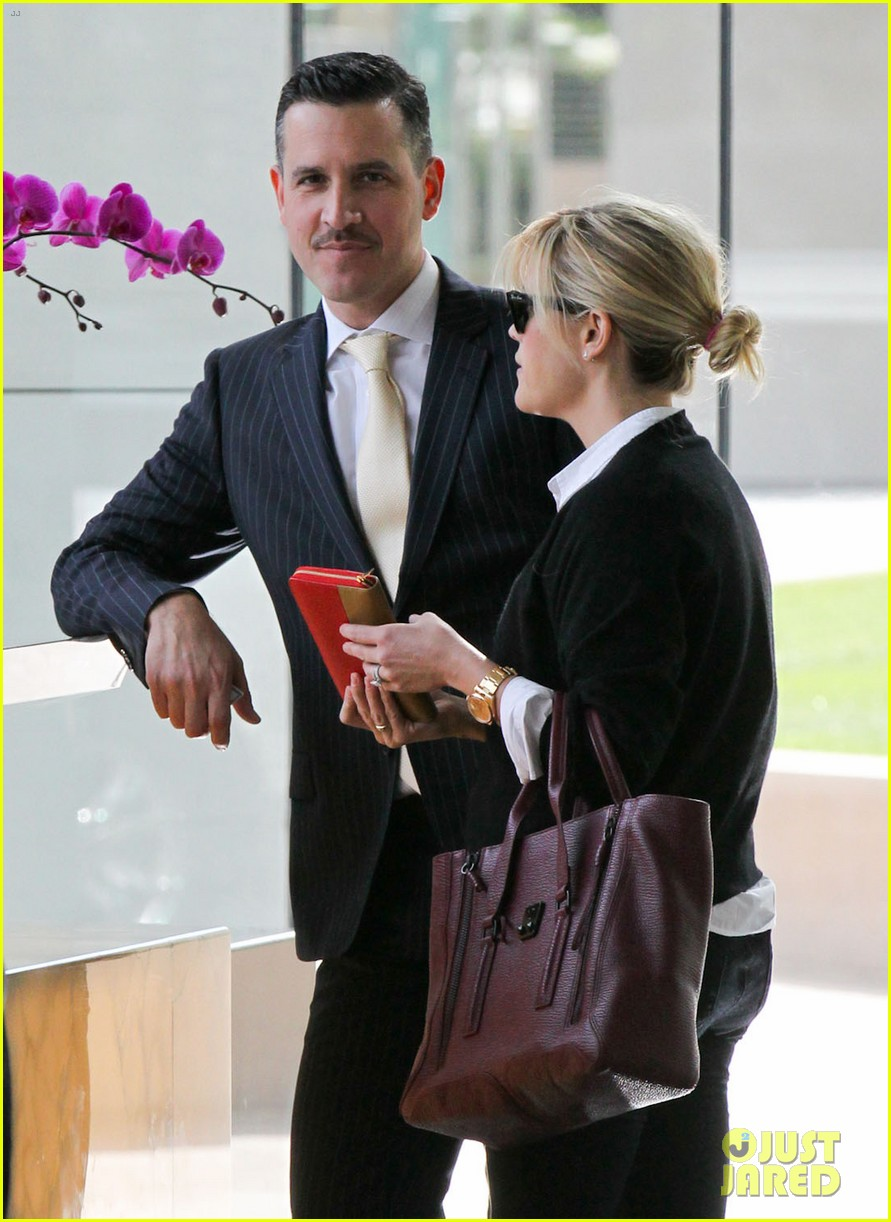 reese witherspoon visits hubby jim toth at the office 20