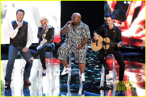 christina aguilera adam levine voice coaches sing green day for finale 04