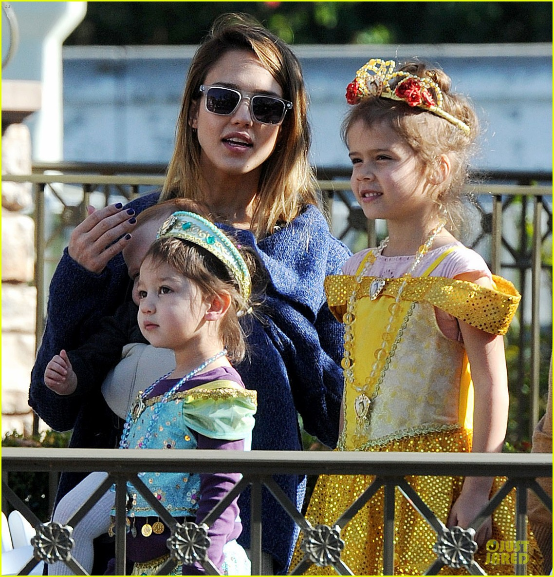 jessica alba & cash warren disneyland with the girls 06