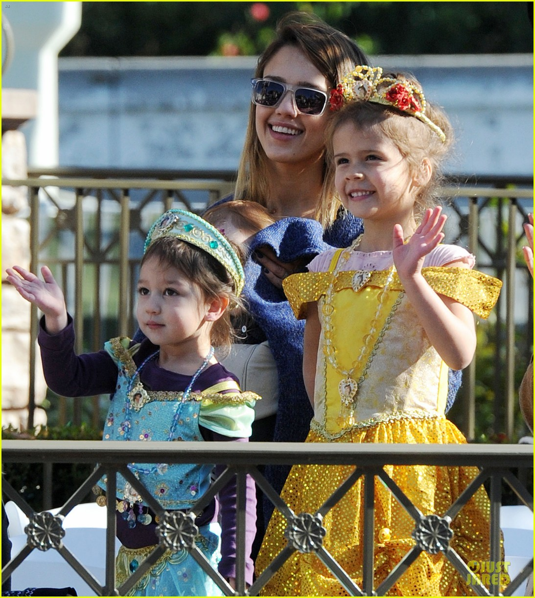 jessica alba & cash warren disneyland with the girls 07
