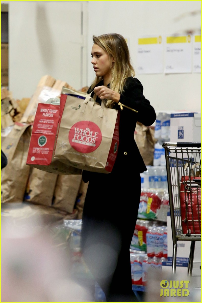 jessica alba whole foods shopper 01
