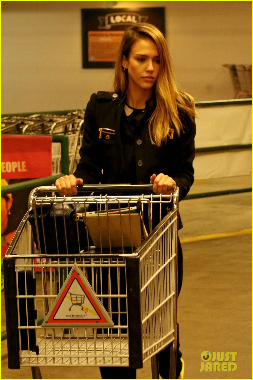 jessica alba whole foods shopper 04