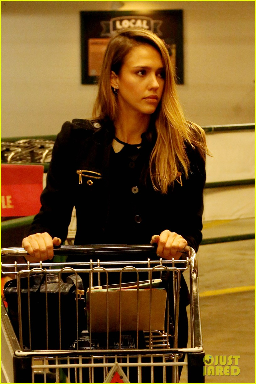 jessica alba whole foods shopper 06