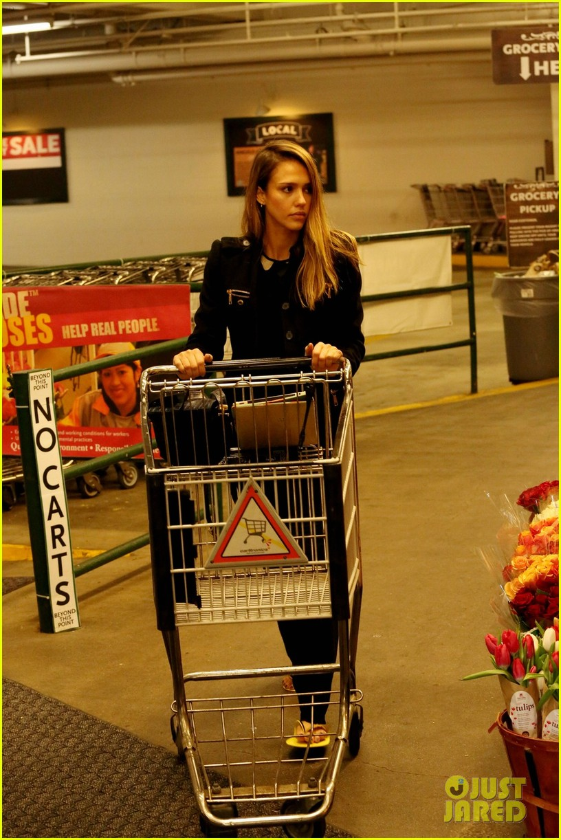 jessica alba whole foods shopper 07