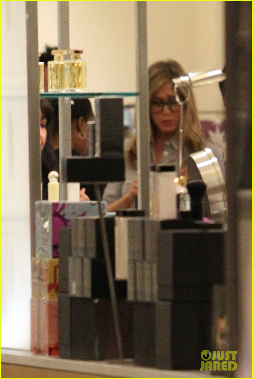 jennifer aniston justin theroux barneys new york shoppers 14