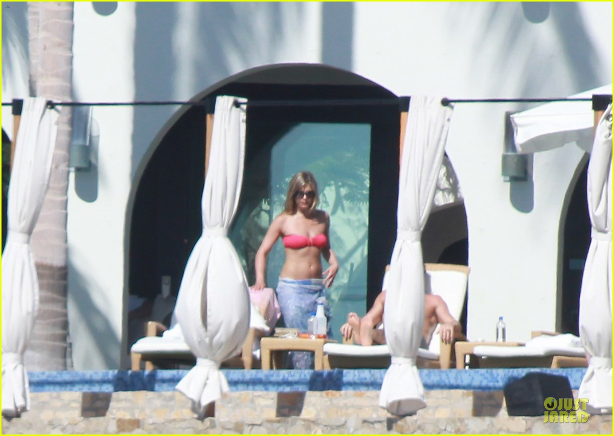jennifer aniston justin theroux kissing cabo couple 01
