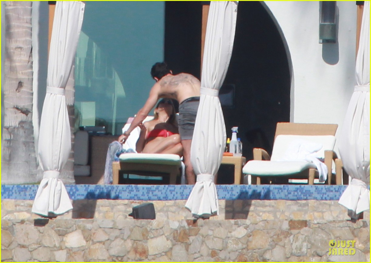 jennifer aniston justin theroux kissing cabo couple 05