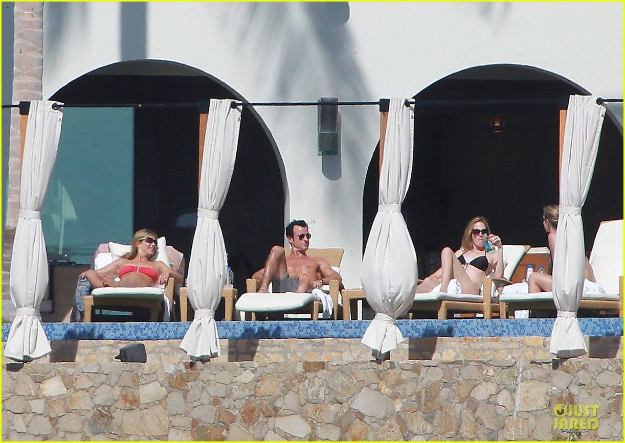 jennifer aniston justin theroux kissing cabo couple 06