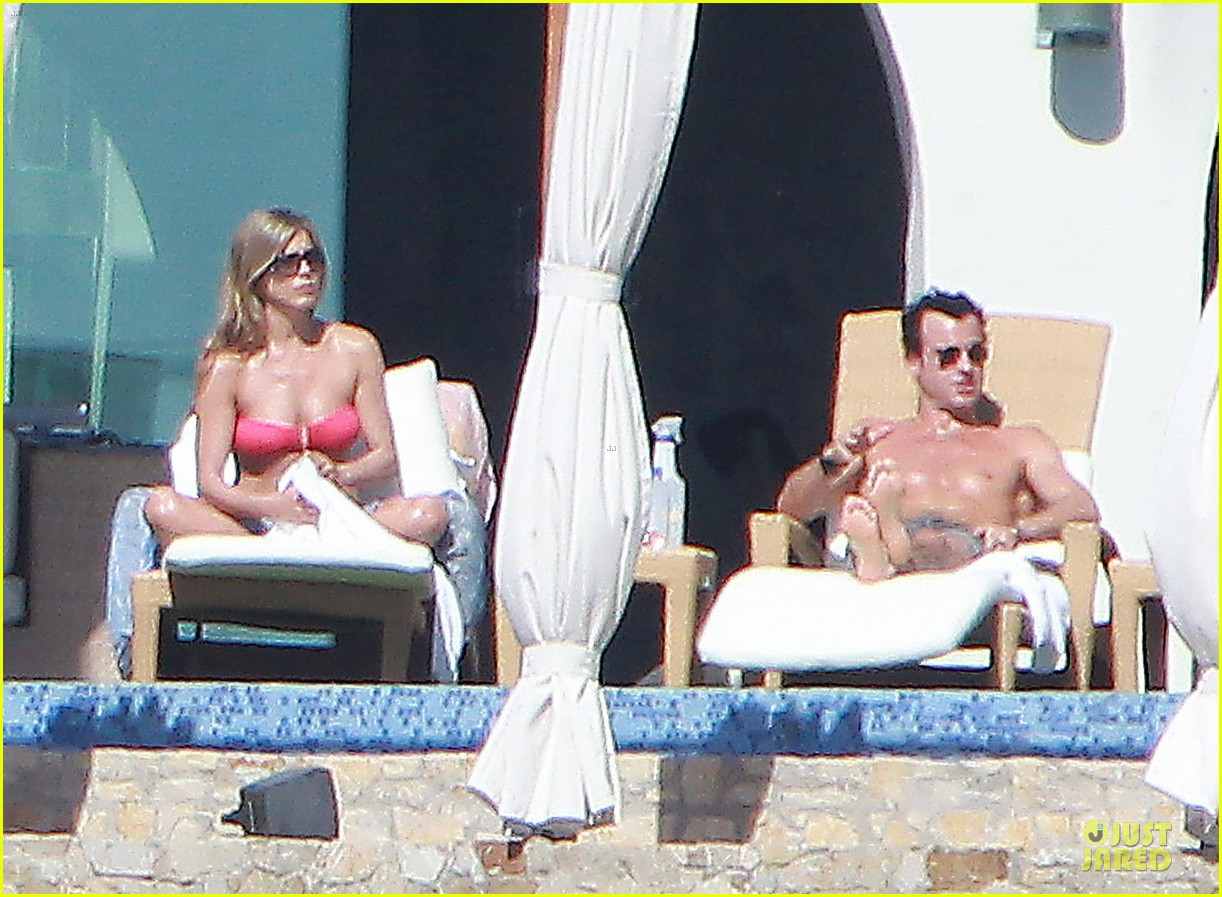 jennifer aniston justin theroux kissing cabo couple 08