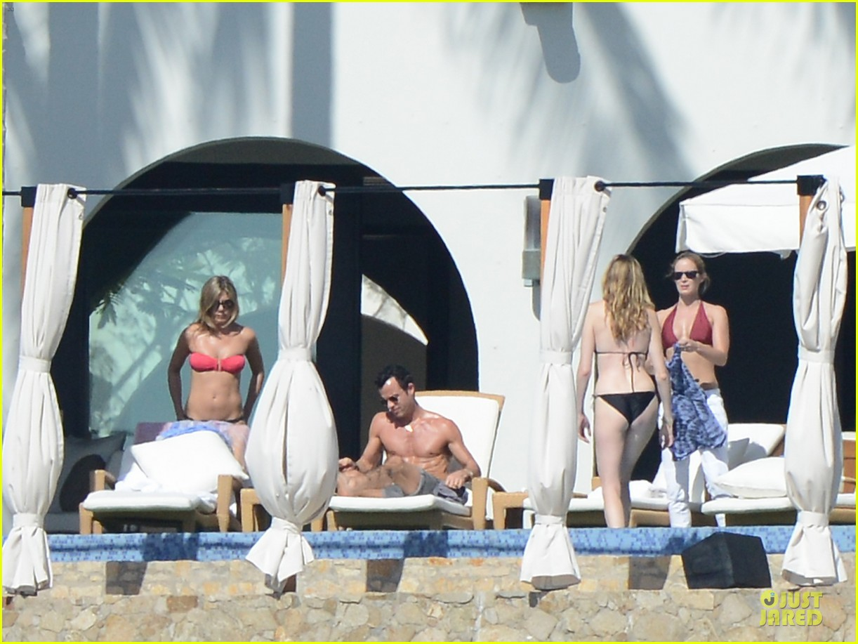 jennifer aniston justin theroux kissing cabo couple 10