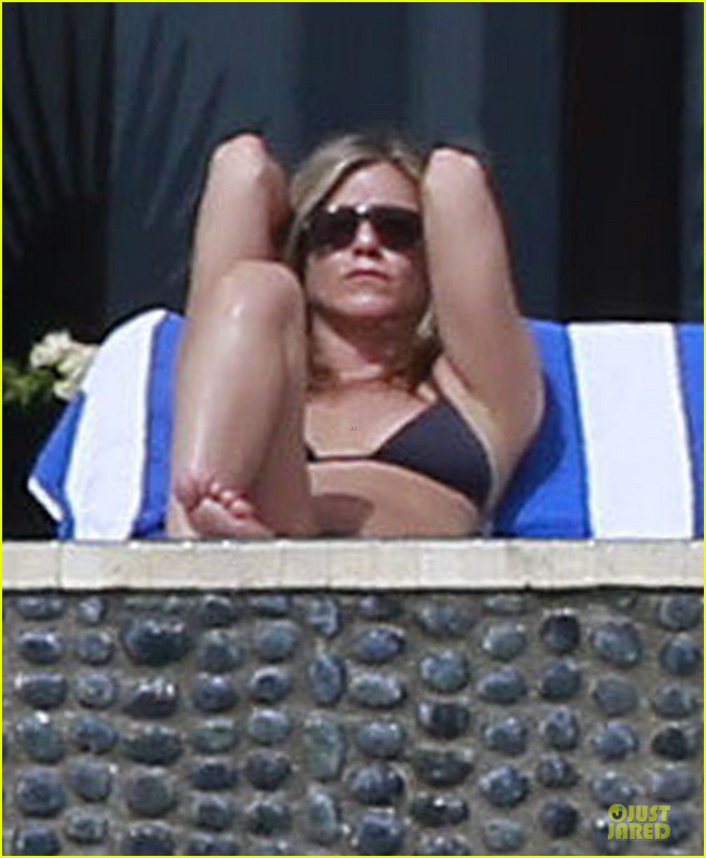 jennifer aniston & justin theroux paddle boarding fun with friends 02