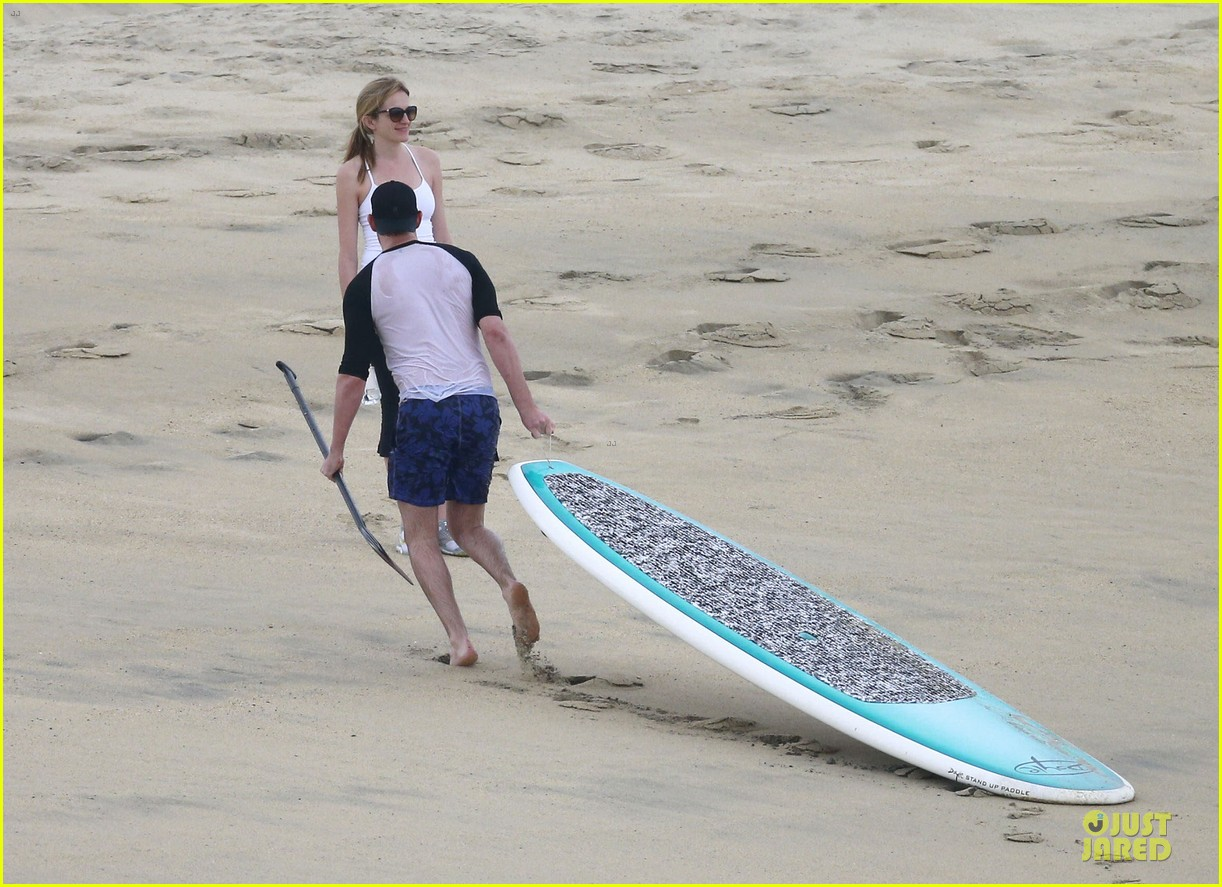 jennifer aniston & justin theroux paddle boarding fun with friends 05