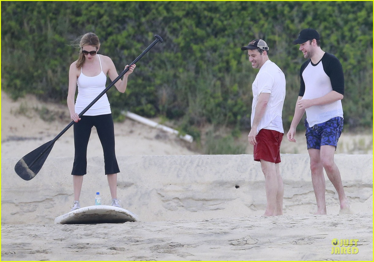 jennifer aniston & justin theroux paddle boarding fun with friends 18