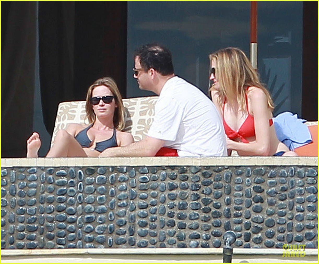 jennifer aniston & justin theroux paddle boarding fun with friends 25