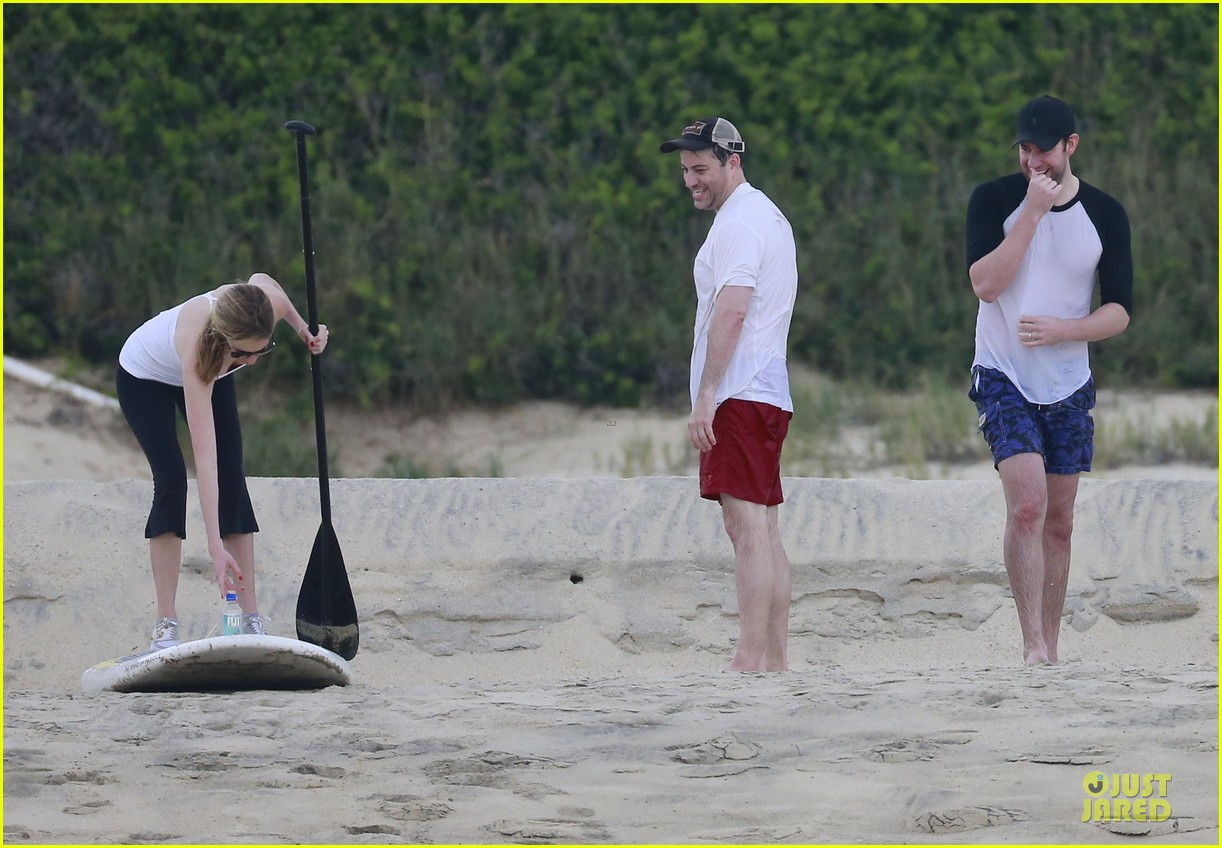jennifer aniston & justin theroux paddle boarding fun with friends 282782136