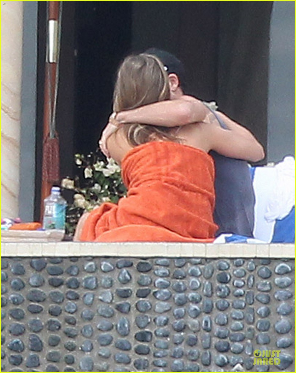 jennifer aniston beach reading with justin theroux 05