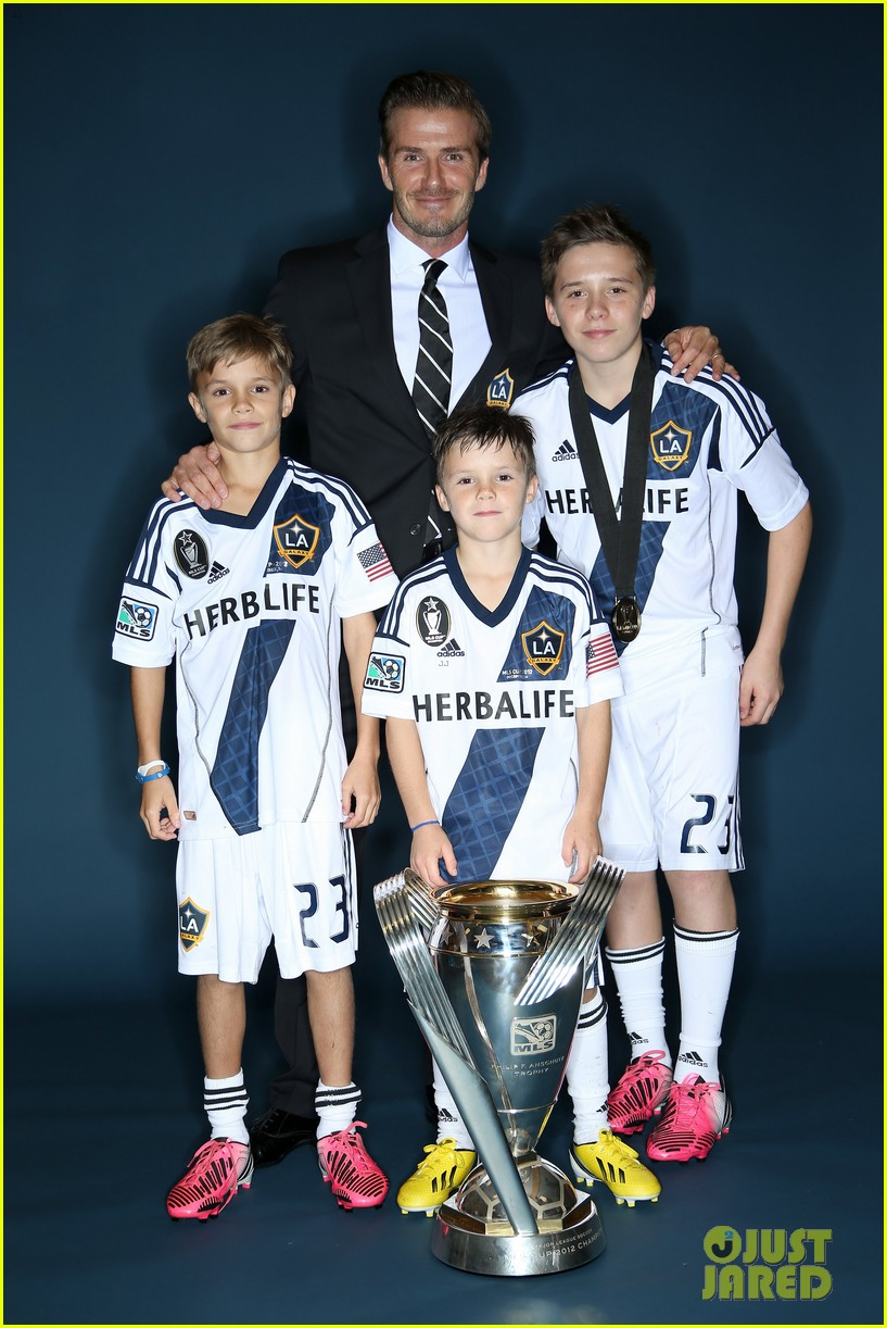 david beckham celebrates final galaxy win with his sons 01