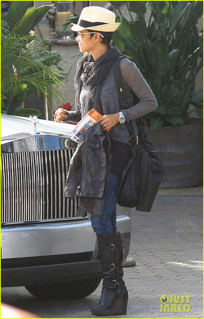 halle berry olivier martinez malibu beach with nahla 04