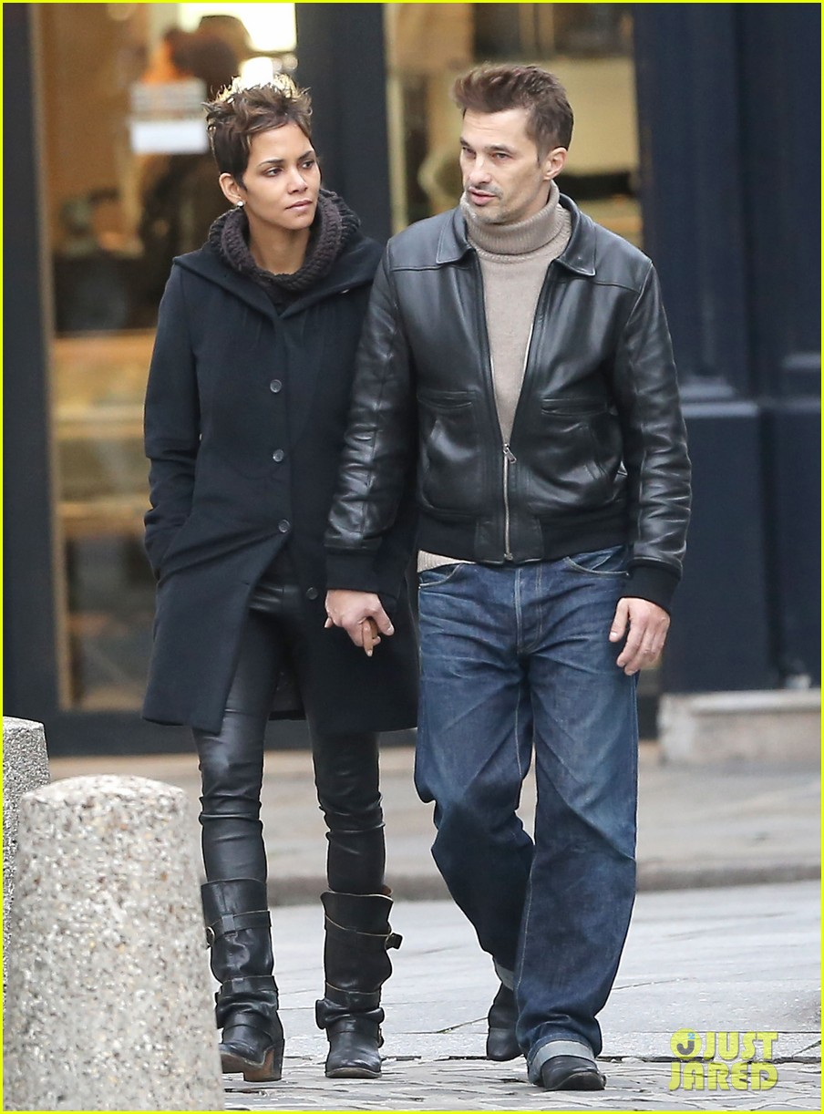 halle berry olivier martinez visit churches in paris 05