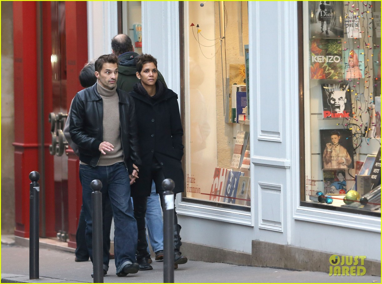 halle berry olivier martinez visit churches in paris 13