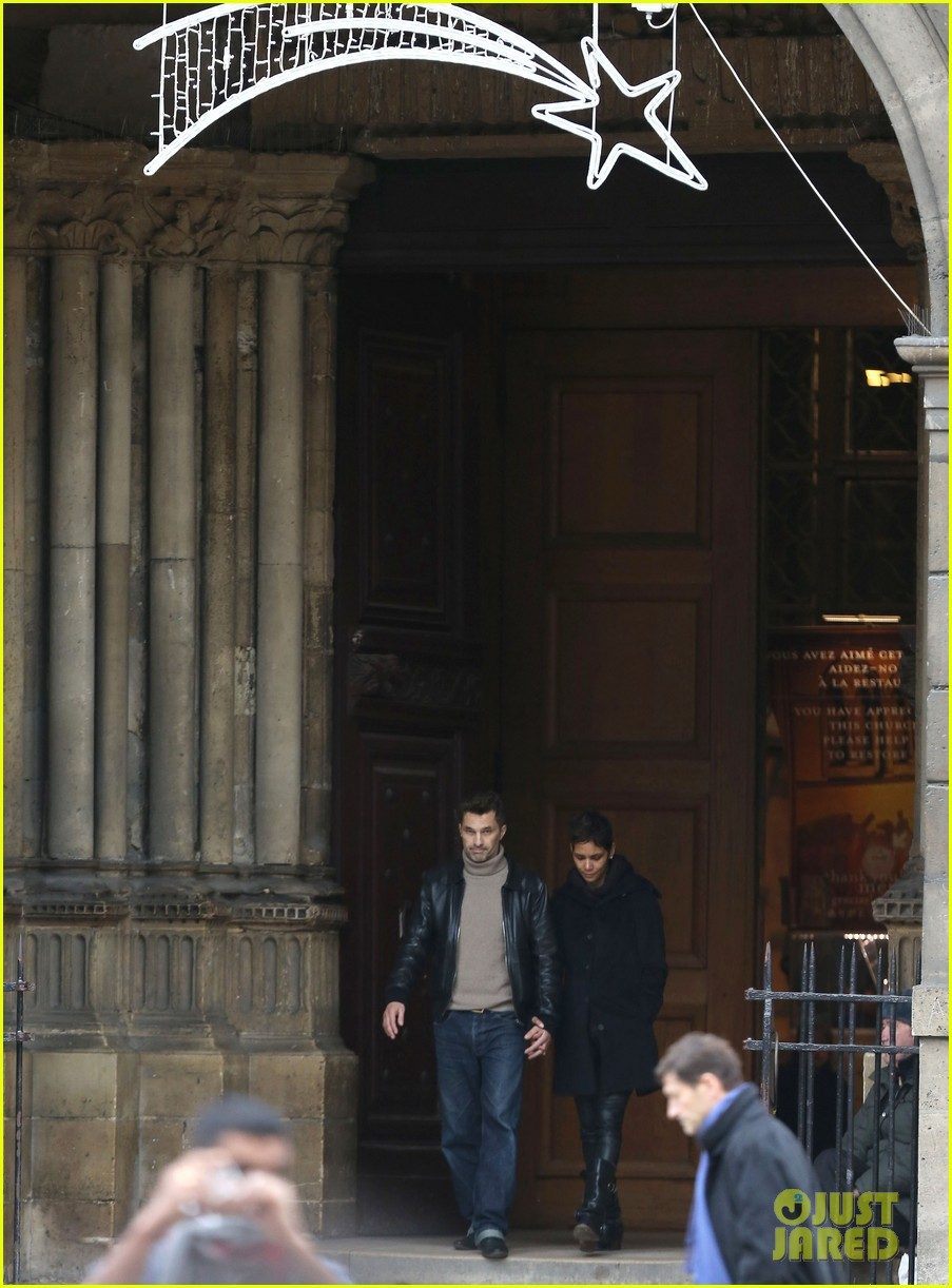 halle berry olivier martinez visit churches in paris 14
