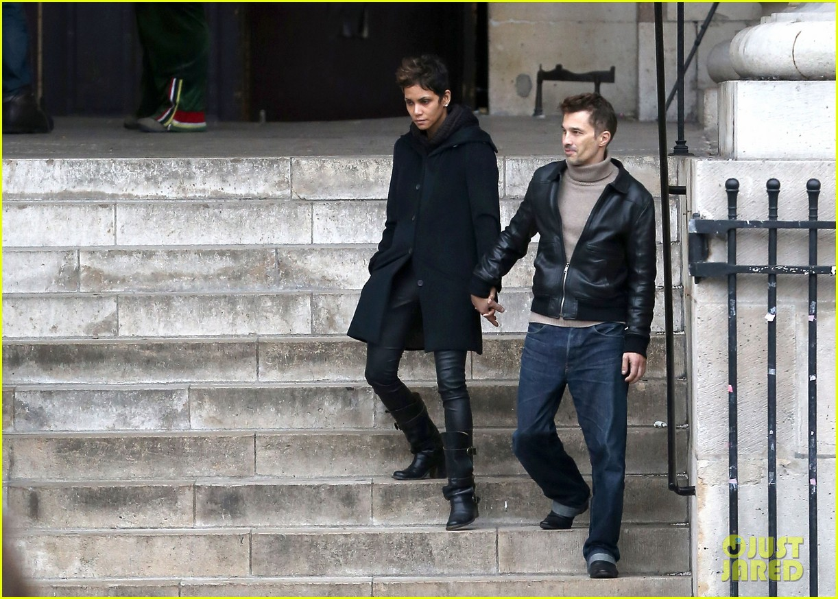 halle berry olivier martinez visit churches in paris 21