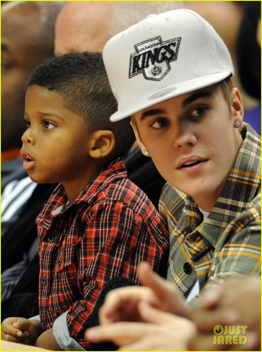 justin bieber cheers on the clippers 02