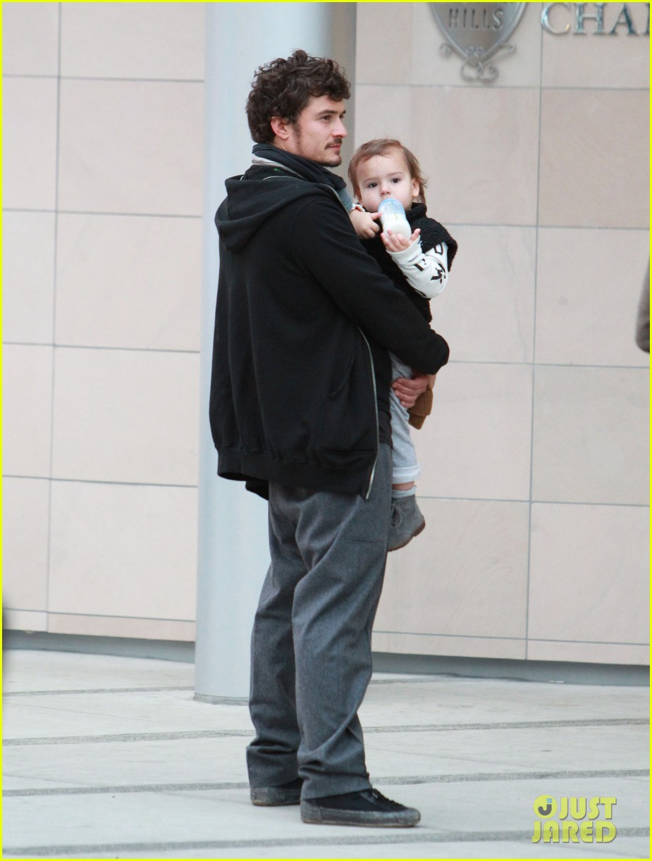 orlando bloom christmas shopping with flynn 01