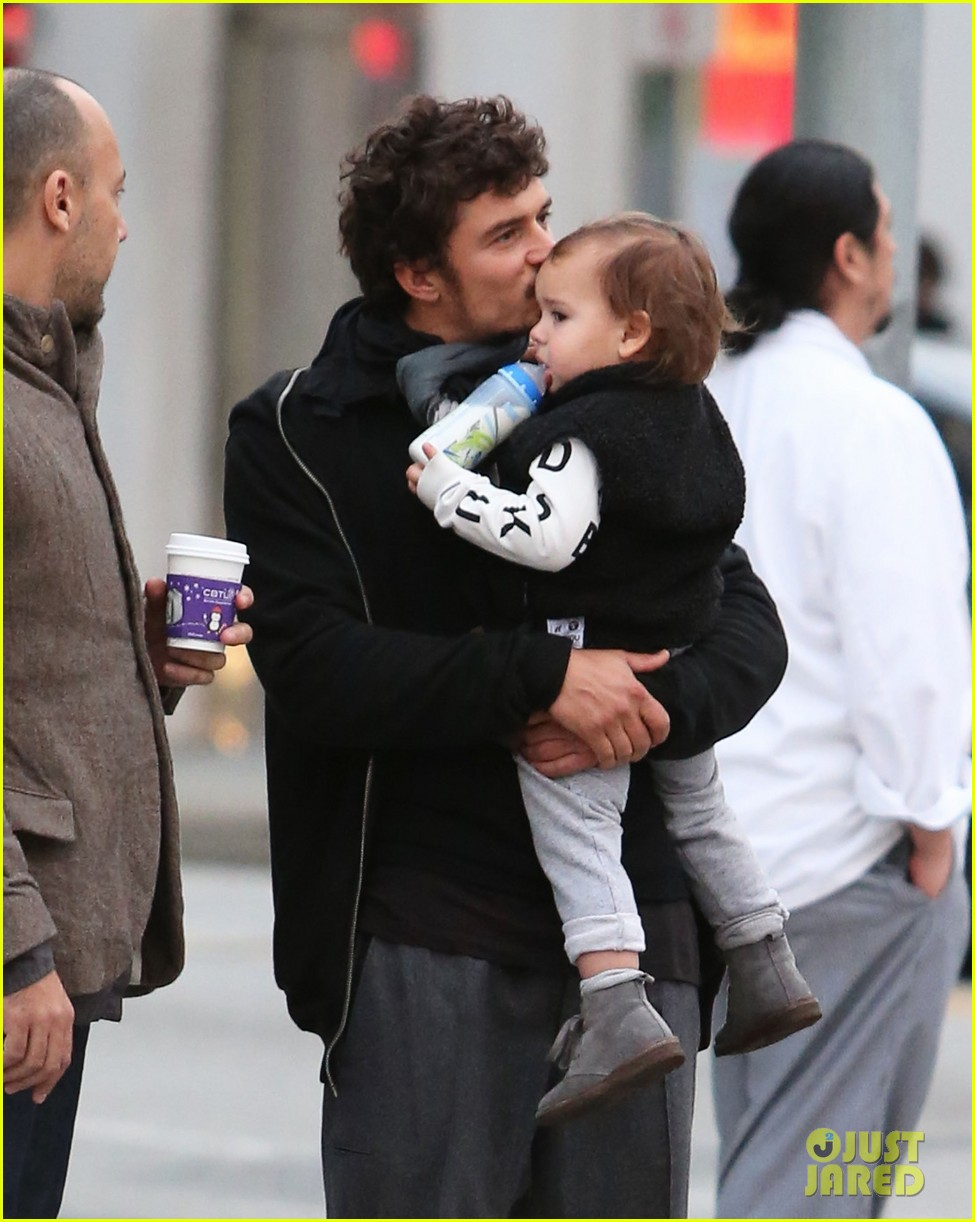 orlando bloom christmas shopping with flynn 02