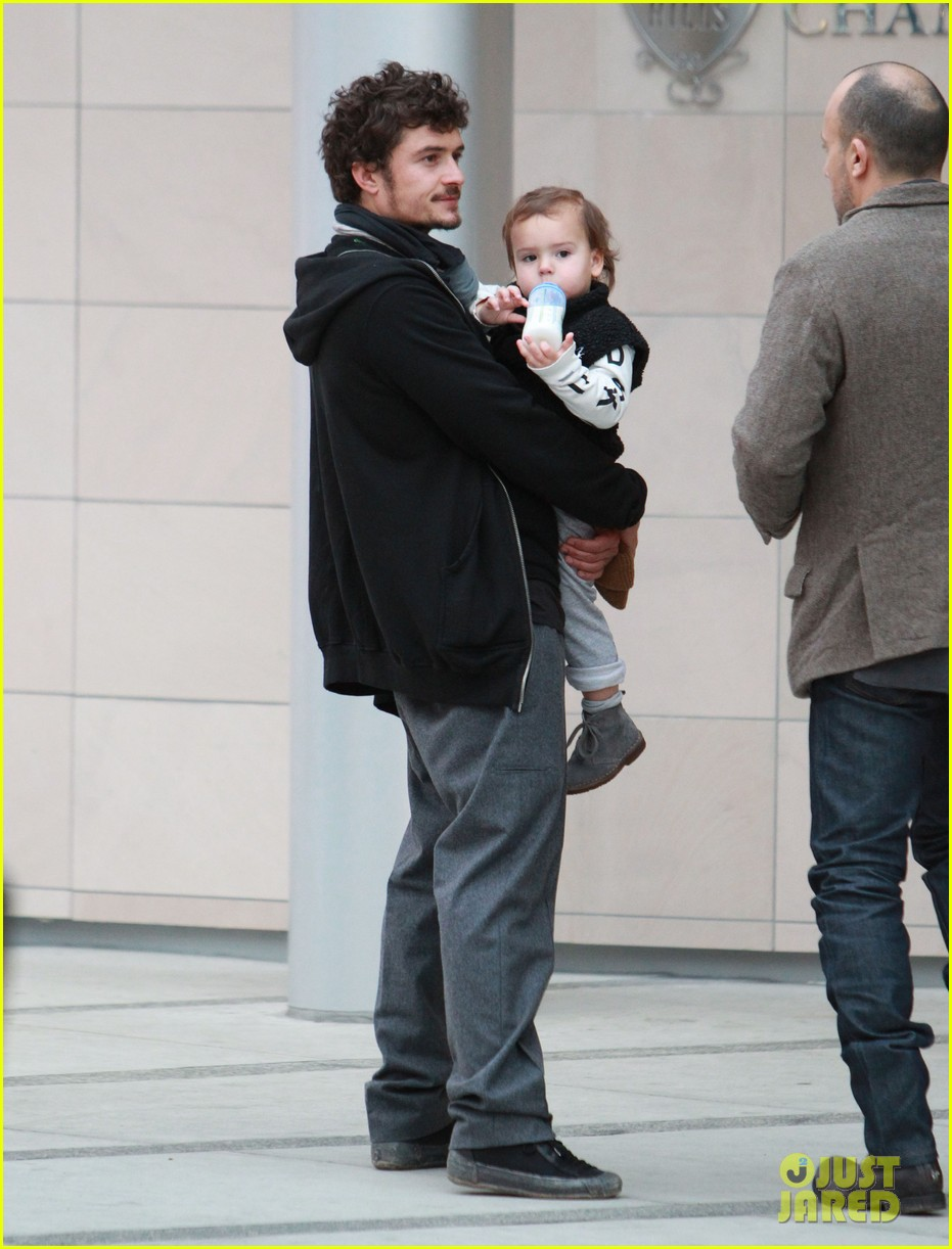 orlando bloom christmas shopping with flynn 08