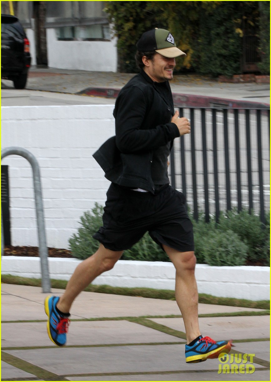orlando bloom sprints to his car after shopping 01