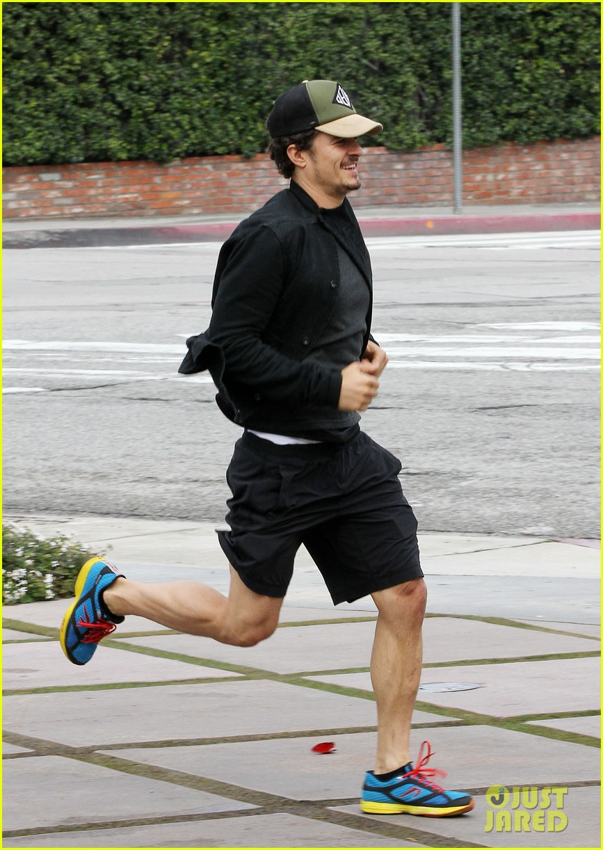 orlando bloom sprints to his car after shopping 03