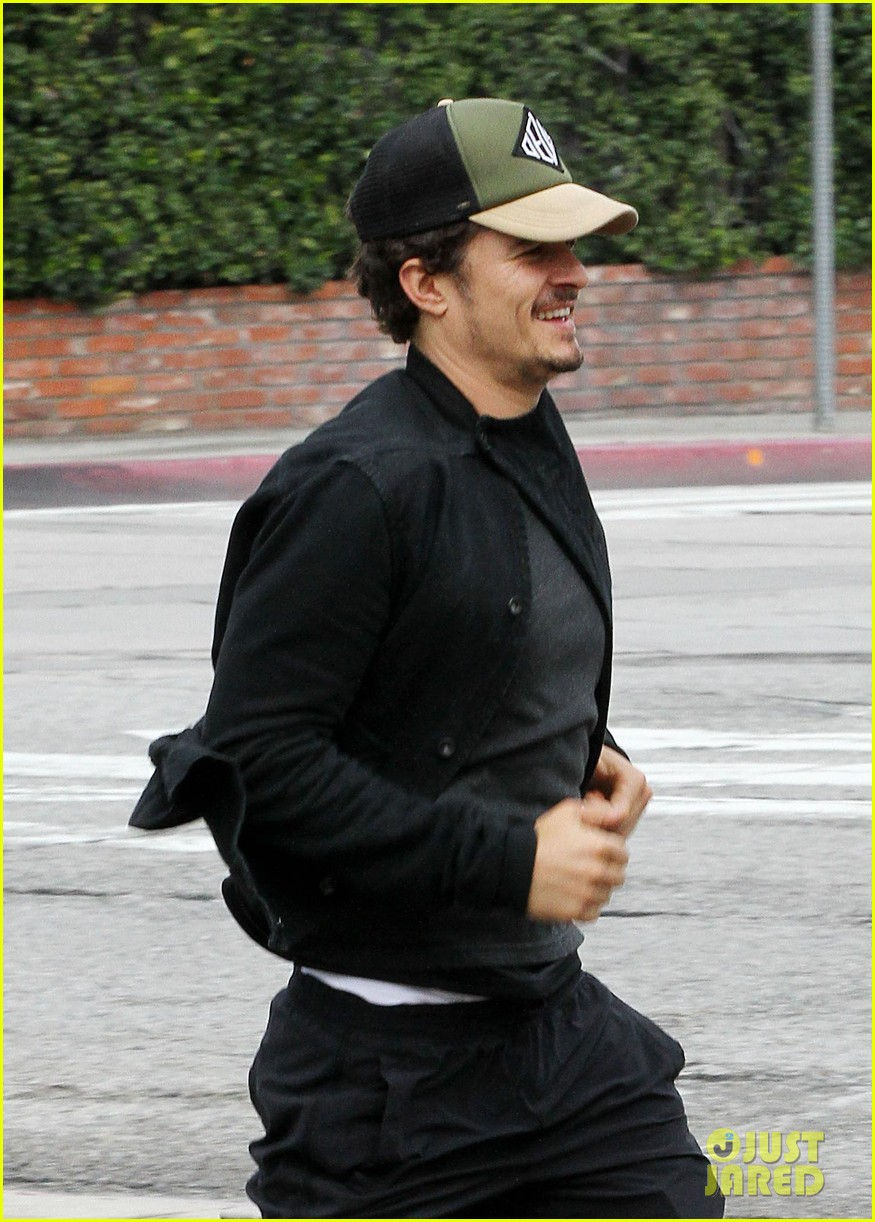 orlando bloom sprints to his car after shopping 04